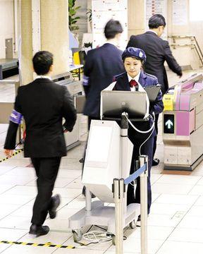 4日、東京メトロ霞ケ関駅で行われた乗客の危険物所持を調べる検査の実証実験。改札機付近に設置したボディースキャナー(手前)で人や物が発する電磁波を検知する