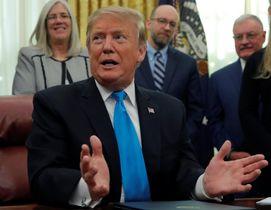 記者団に説明するトランプ米大統領=19日、ホワイトハウス(ロイター=共同)