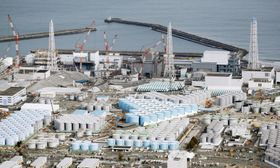 汚染水のタンクが立ち並ぶ東京電力福島第1原発=2018年2月