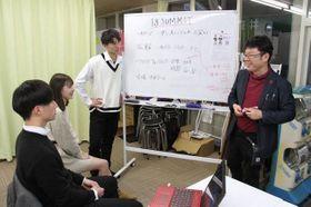 イベントの内容を話し合う野村さん(右)と高校生有志