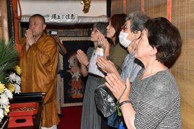 33年ぶりにご開帳となった円覚寺の本尊・十一面観音菩薩像を拝む参拝客ら
