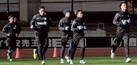 集団の先頭で黙々と走る磐田の小川航(右)=鹿児島市の白波スタジアム