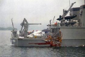 貨物船と衝突し、損傷した海上自衛隊の掃海艇「のとじま」=27日午前5時30分ごろ、広島県尾道市高根島沖(尾道海上保安部提供)