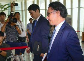 韓国外務省に入る日本大使館の西永知史公使(手前)=19日、ソウル(共同)