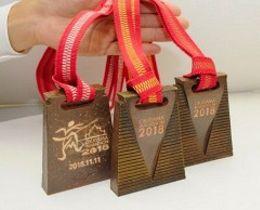 おかやまマラソンで総合男女の3位までに贈られる備前焼のメダル