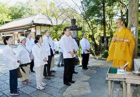四国遍路の歴史や文化について住職から説明を受ける参加者(高知市の竹林寺)