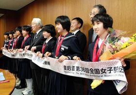 全国都道府県対抗女子駅伝を14年ぶりに制し、井戸知事を表敬訪問した兵庫の選手ら=兵庫県庁