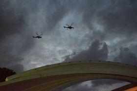 普天間第二小学校上空を飛行しているとみられる米軍AH1Z攻撃ヘリ=1月11日、宜野湾市の同校正門前