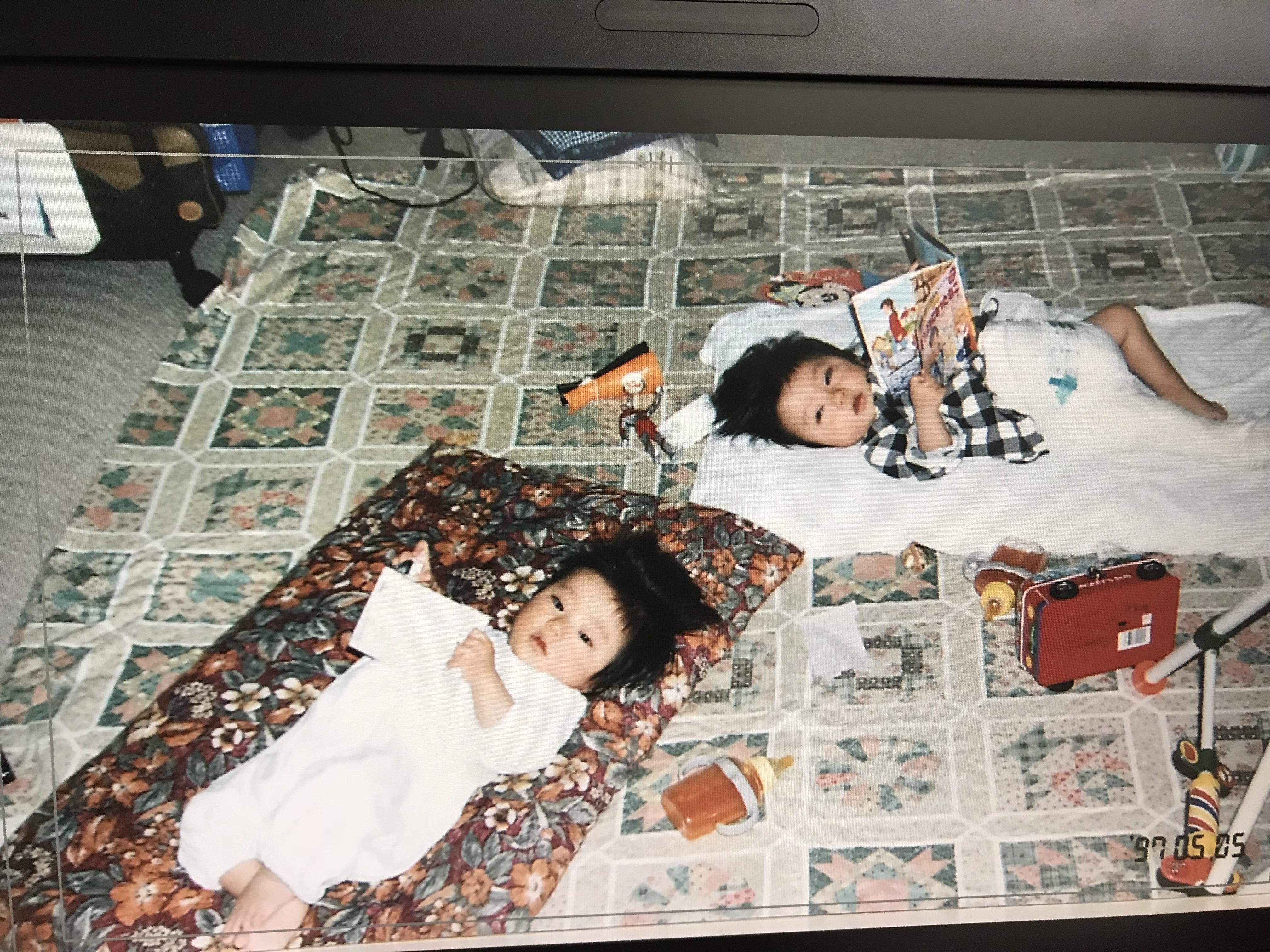 1歳ごろの土井健太郎選手(左)と、弟の康太郎さん(右)(提供写真)