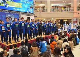サポーターの前で決意表明するBB秋田の間瀬監督(中央)と選手