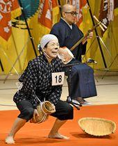 どじょうすくい踊りを披露する出場者=安来市飯島町、市総合文化ホール