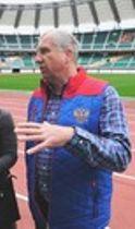 エコパスタジアムを視察したロシア代表のリン・ジョーンズヘッドコーチ=10日午前、袋井市の同所