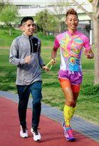 大会に向けて伴走者の丸山貴弘さん(右)と調整する谷口真大選手=神戸市中央区