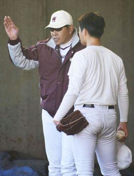 投手を指導する早大野球部の小宮山悟監督(左)=1月、東京都西東京市