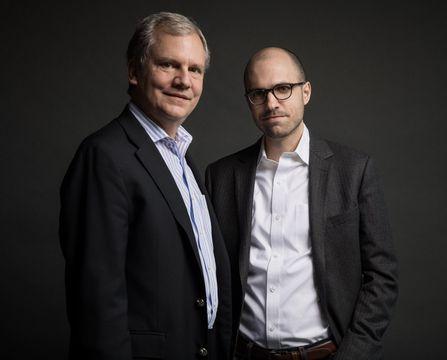来年1月1日付で社主に就くアーサー・グレッグ・サルツバーガー氏(右)。左は現社主(ニューヨーク・タイムズ提供・共同)