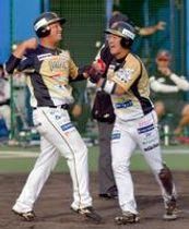 9回、栃木GBの代打・飯原の適時二塁打で生還して喜ぶ二走の松井(左)と一走の原田=佐久総合運動公園野球場