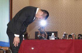 アメリカンフットボールの反則問題を巡り、記者会見で謝罪する日本大の宮川泰介選手=22日午後、東京・内幸町の日本記者クラブ