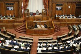 ハンセン病元患者家族補償法と改正ハンセン病問題基本法が全会一致で可決、成立した参院本会議=15日午後