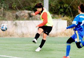 FC今治Lとの練習試合で前半、追加点を決める愛媛FCL・平塚(左)=愛フィールド梅津寺