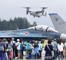 デモンストレーションで、着陸するオスプレイ=15日午後、東京・米軍横田基地