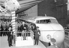 仙山線での交流電化試験開始からわずか10年後、東海道新幹線が開業。東京駅で出発式が行われた=1964年10月1日