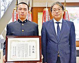 小林会長から表彰状を受けた岩間主将(左)