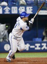 7回DeNA無死、宮崎が右中間にこの試合2本目の本塁打となるソロを放つ=横浜