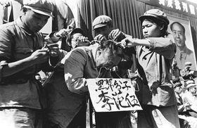 中国の文化大革命時、「反革命分子」の髪を切り、自己批判を迫る紅衛兵