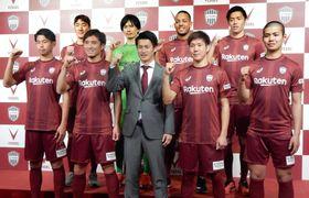 那須大亮(前列左から2人目)ら新加入選手とポーズをとるJ1神戸の吉田孝行監督(同中央)=19日、神戸市
