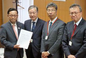 文科省の丹羽秀樹副大臣(左端)に署名を提出した「教職員の働き方改革推進プロジェクト」のメンバーら=22日午前、文科省