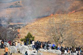 山口県美祢市の秋吉台国定公園で開催された、春の訪れを告げる「山焼き」=18日