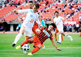 【熊本―愛媛FC】前半、ゴール前で攻撃を阻まれる愛媛FC・林堂(23)=えがお健康スタジアム