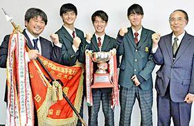 来社した(右から)倉又校長、染野、山内、鈴木の各選手、仲村監督