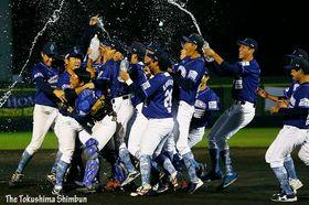 野球独立リーグ日本一を決め、マウンドで喜ぶ徳島の選手=JAバンク徳島スタジアム