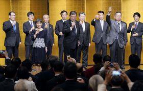 自身のパーティーで乾杯する自民党の石破茂元幹事長(中央)=17日夜、東京都内のホテル