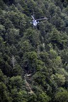 群馬県の防災ヘリコプター「はるな」とみられる残骸が発見された山中の現場=10日午後3時5分、群馬、長野県境(共同通信社ヘリから)