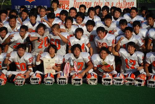 ライバルの慶応高校を4年ぶりに破って優勝した、法政二高の選手たち=神奈川県大会決勝、8日、川崎球場