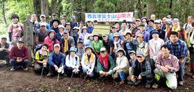 頂上の冨士権現祠を囲んで記念写真に納まる参加者