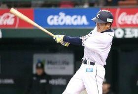 6回1死、二塁打を放つ西武・松井