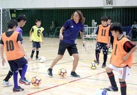 北沢豪さんがパスやドリブルなどの技術を指導したサッカー教室=14日、新潟市中央区