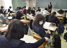 2月、「大学入学共通テスト」の試行調査で、英語の試験に臨む高校生=東京都内