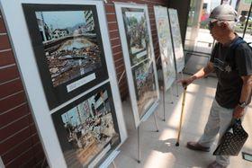 長崎大水害当時の被害を伝える写真展示=長崎市興善町、市立図書館