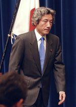 2003年3月、イラク攻撃支持を表明した記者会見を終え、厳しい表情で引き揚げる小泉首相=首相官邸