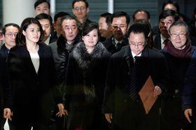 韓国・江陵の五輪公園近くの公演候補地を視察に訪れた北朝鮮のヒョン・ソンウォル氏(最前列左から2人目)=21日(共同)