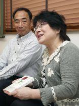 「許せないを許してみる」を出版し取材に応じる籠池諄子被告(右)。左は泰典被告=18日、大阪府豊中市