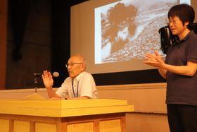 諫早大水害の体験を語る寿柳さん(左)=諫早市民センター