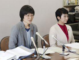 記者会見する熊本市の緒方夕佳市議(左)=2018年11月29日、熊本市役所