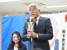 支援への感謝を述べる青島健太氏=25日午後10時32分ごろ、さいたま市浦和区高砂の選挙事務所