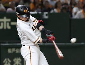 8回巨人1死二塁、代打陽岱鋼が右越えに勝ち越し二塁打を放つ=東京ドーム