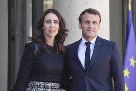ニュージーランドのアーダン首相(左)を歓迎するフランスのマクロン大統領=15日、パリ(ゲッティ=共同)